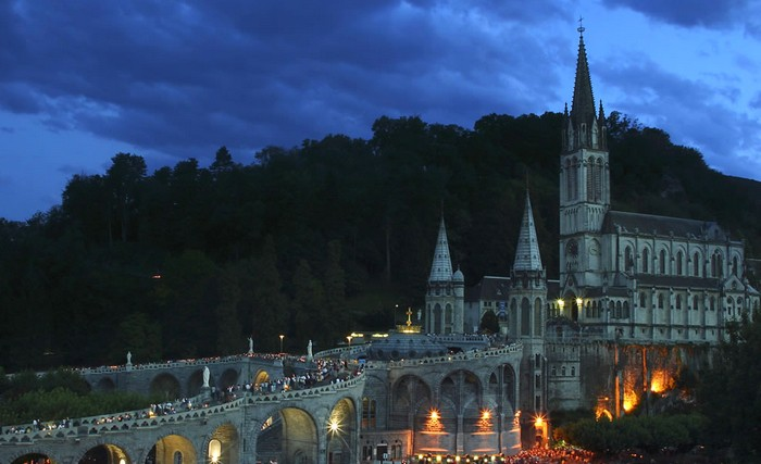 Procession aux flambeaux à Lourdes